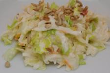 Salát z bílé ředkve, hlávkového salátu a kvašené zeleniny