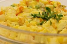 """Vánoční """"bramborový"""" salát bez brambor, vajec a majonézy"""