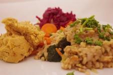 Rizoto se zeleninou, cizrnovou kaší a napařenou zeleninou