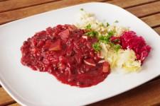 Fazolový guláš s červenou řepou a cuketou