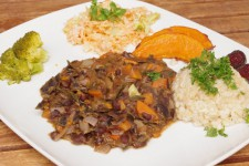 Guláš ze zelí, mrkve, dýně a černých fazolí s rýží