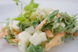 Teplý zeleninový salát hned ožije, když jej ozdobíme žabincem ptačincem