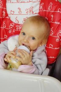 Karolínka (8 měsíců) si užívá obilné mléko smíchané s uvařenou dýní