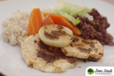 Pečené plátky celeru a cibule s rýží a fazolovou omáčkou