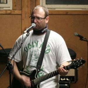 V říjnu 2012 to vypadá, že mám pod tričkem narvaný polštář - nemám