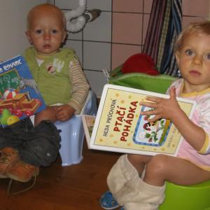 To není stejný nočník a stejná knížka jako má on!