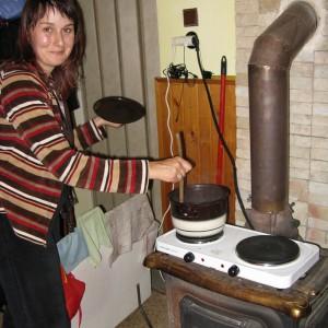 Helča vaří první amasaké na kamnech