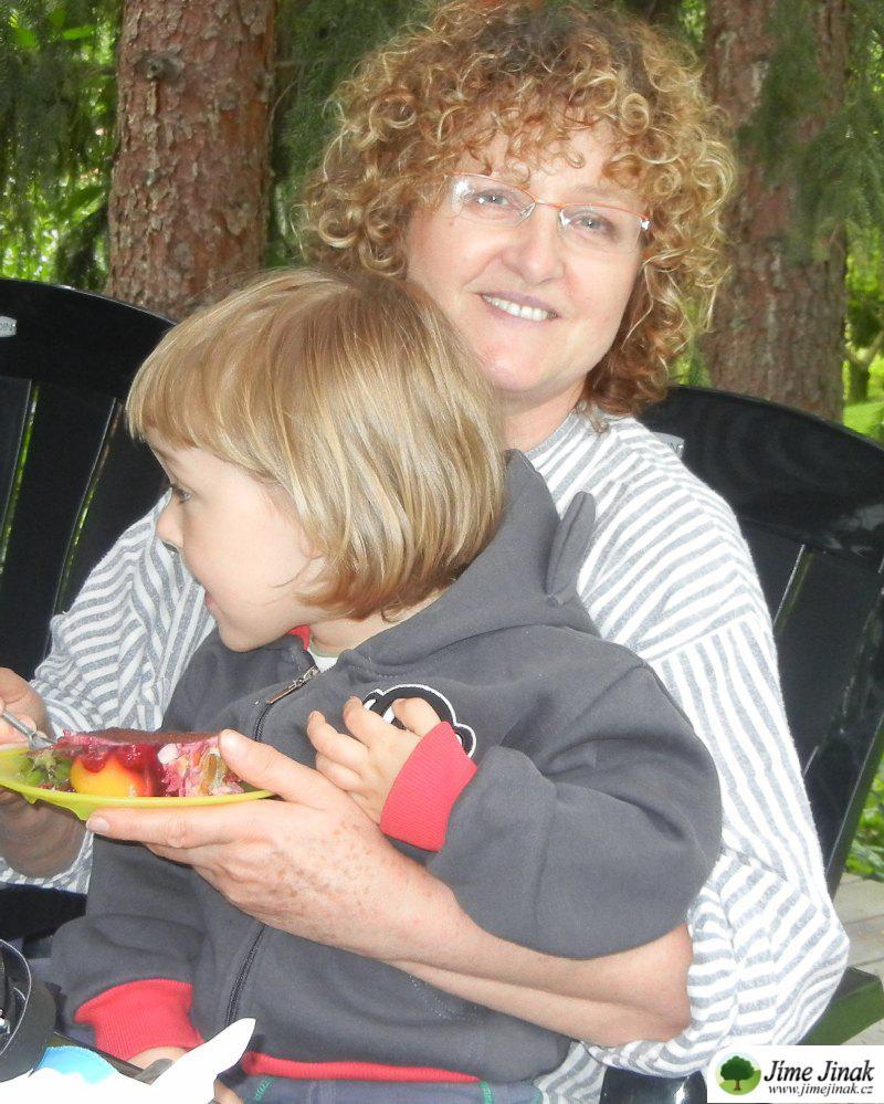 Maruška s vnučkou na klíně