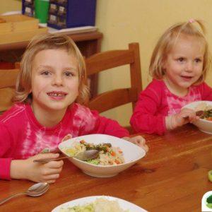 holky snídají kaši