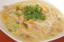 Thajská polévka se zázvorem, červenou čočkou a kokosovým krémem