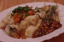 Rýžová kaše podávaná se sojovým natto, restovanou zeleninou a salátem