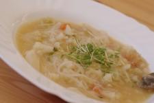 Květáková polévka s rýžovými nudlemi