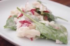 Osvěžující salát z vodnice, zelí a ředkviček