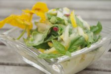 Salát ze žluté cukety, ředkvičky a salátu