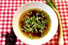Jarní miso polévka s řasou Wakame