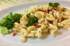 Těstoviny s jarní cibulkou a paprikou