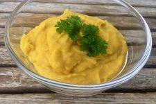Žlutá pomazánka nebo dip k zelenině
