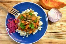 Rýže s quinoou, cibulkou a restovanou dýní
